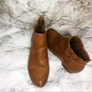 Kim Rogers brown boots 👢 (11)